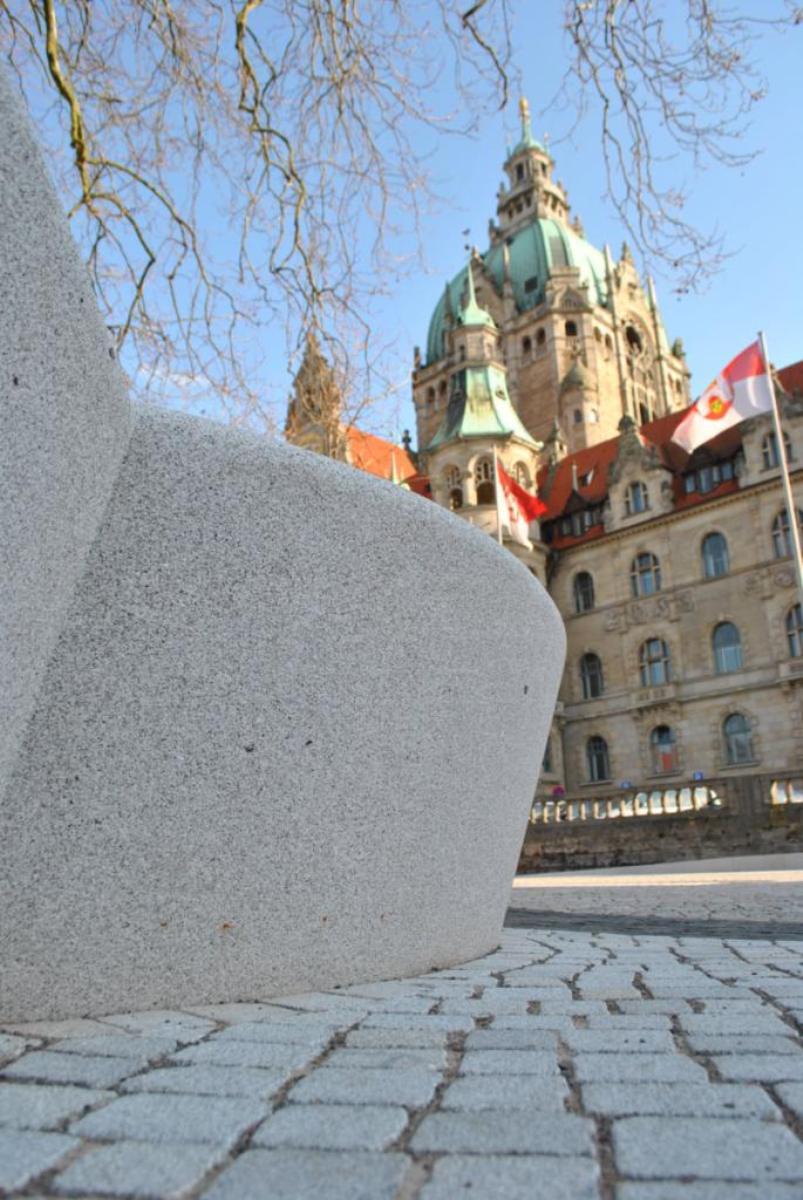 Detalle de jardinera con el Ayuntamiento de Hannover al fondo.