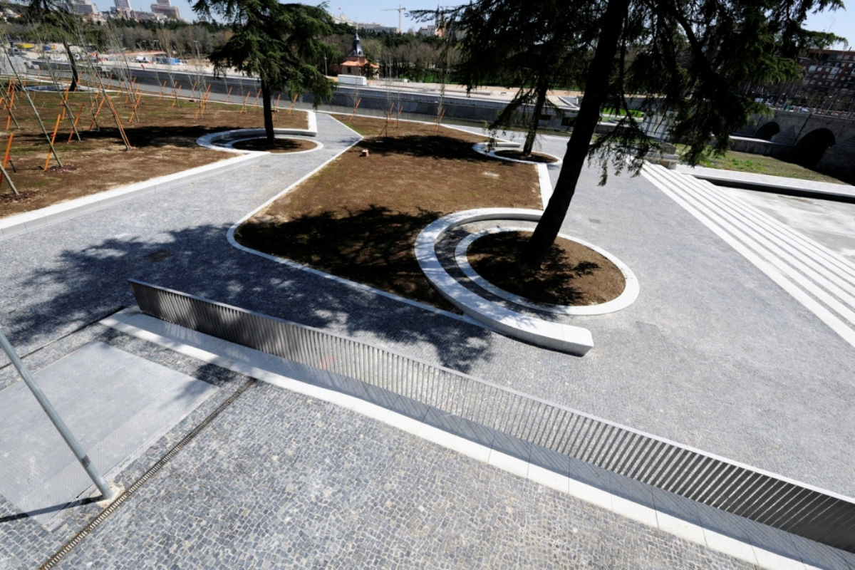 Kerbs placed on the banks of the Manzanares River, Madrid