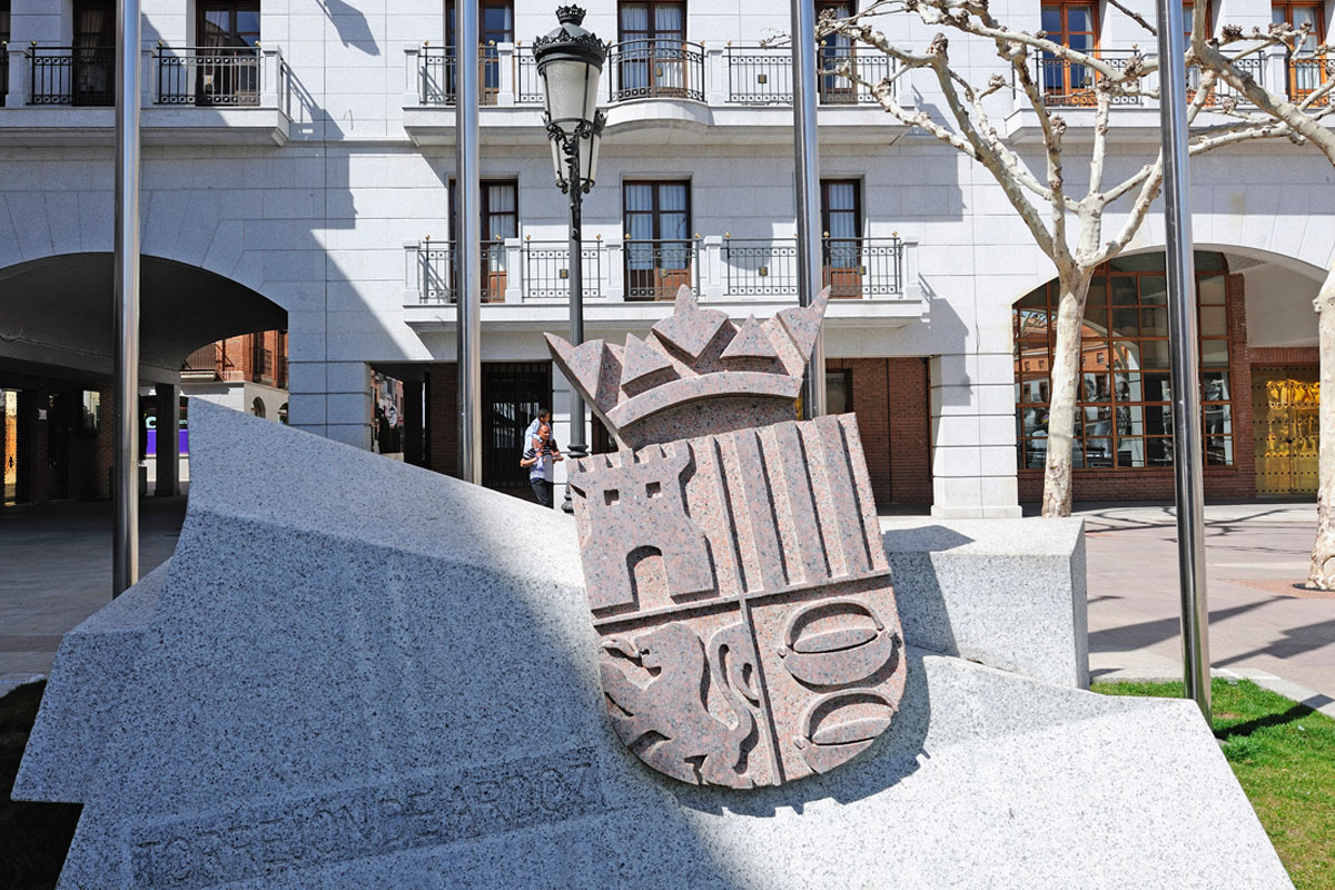 Monument carved in just one solid piece and different cut angles, designed by the architect Jesús Porteros.