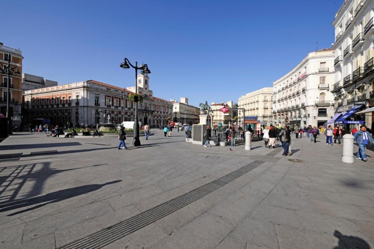 baldosa-táctil-direccional-Puerta-del-Sol-Madrid