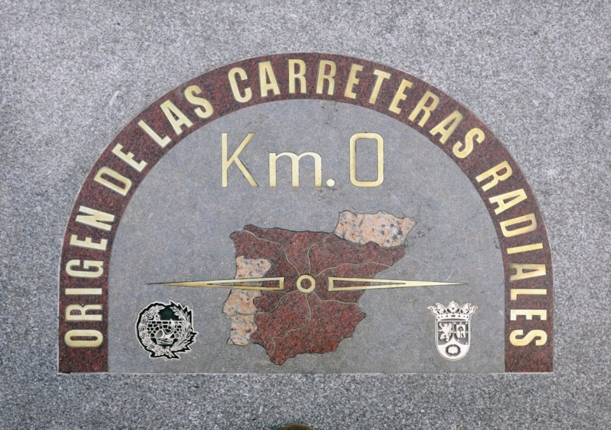 Grabado en composición de materiales y bajo relieve del Km 0 de Madrid.