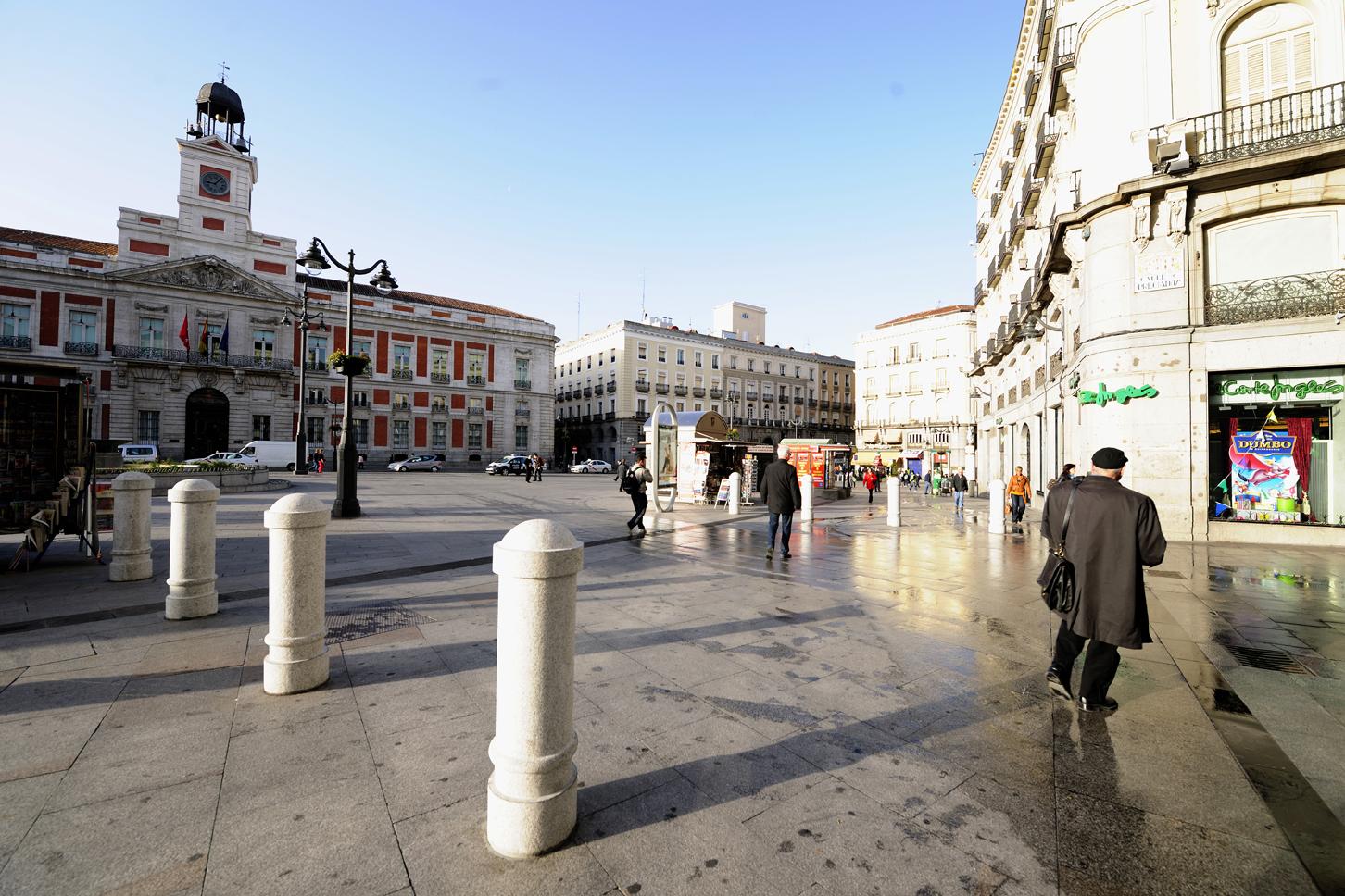 Pavimento-bolardos-puerta-del-sol-Madrid
