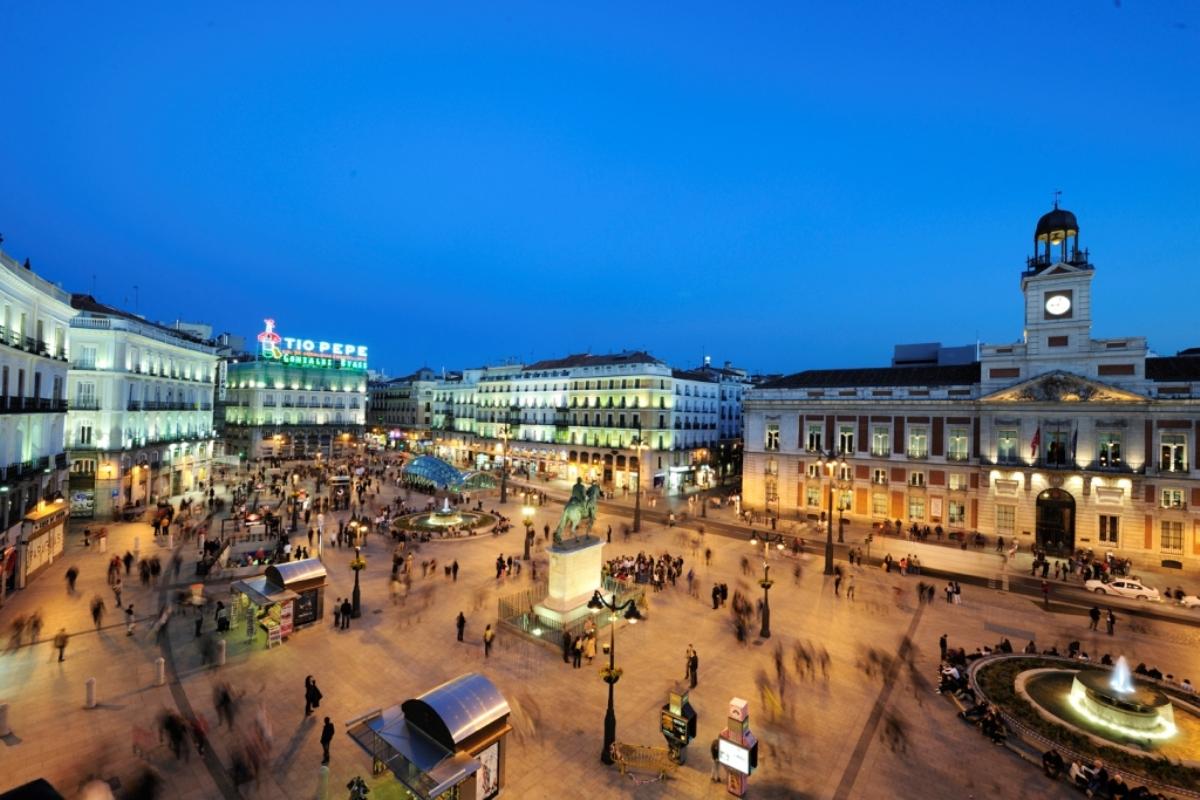 Vista-nocturna-Puerta-del-Sol-Madrid