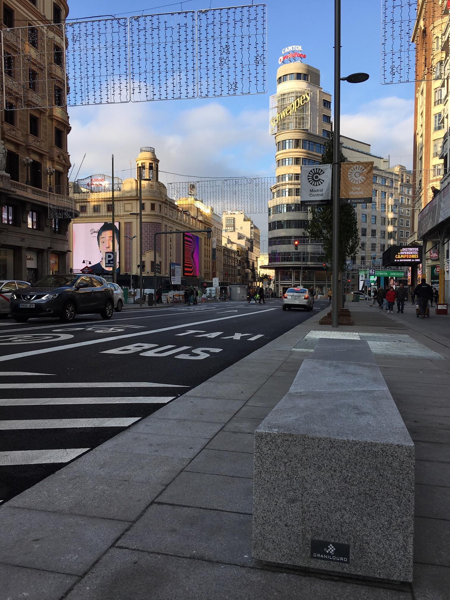 Gran_Vía_Madrid_bancos_granito.