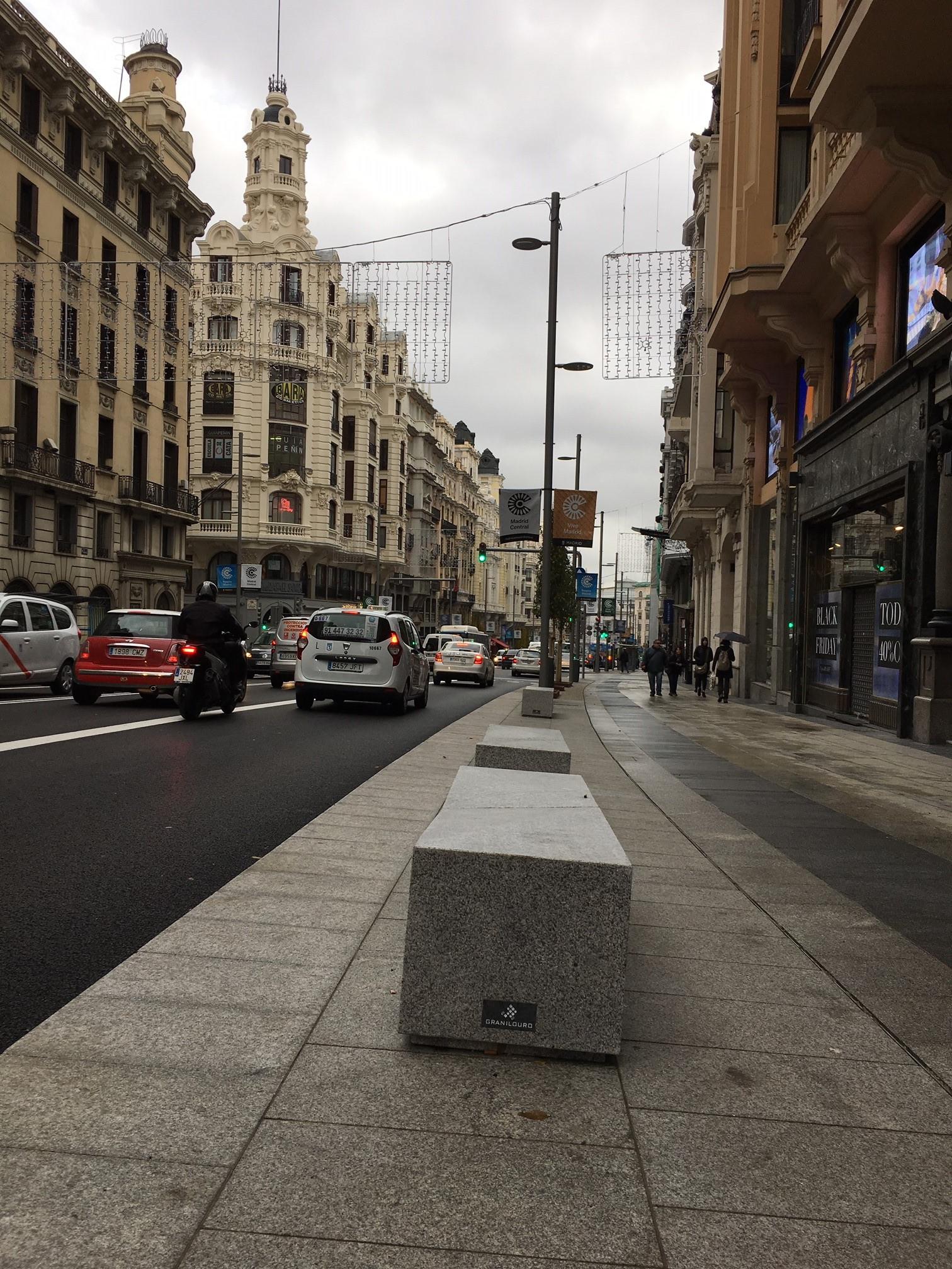 Gran_Vía_Madrid_granito_pavimento_bancos